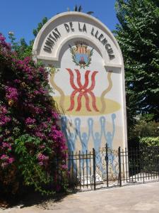 El monument per la unitat de la llengua, a l'Alguer. A la ciutat sarda encara s'hi parla català.