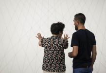 """Esther Ferrer dóna instruccions per muntar adequadament la peça Proyecto espacial #7 (1975), que es pot veure a l'exposició de la Col•lecció del MACBA """"Desitjos i necessitats"""". Imatge: MACBA Museu d'Art Contemporani de Barcelona [Cfr. https://www.flickr.com/photos/macba/18670384338]. Sota llicència CC BY-SA 2.0.0."""