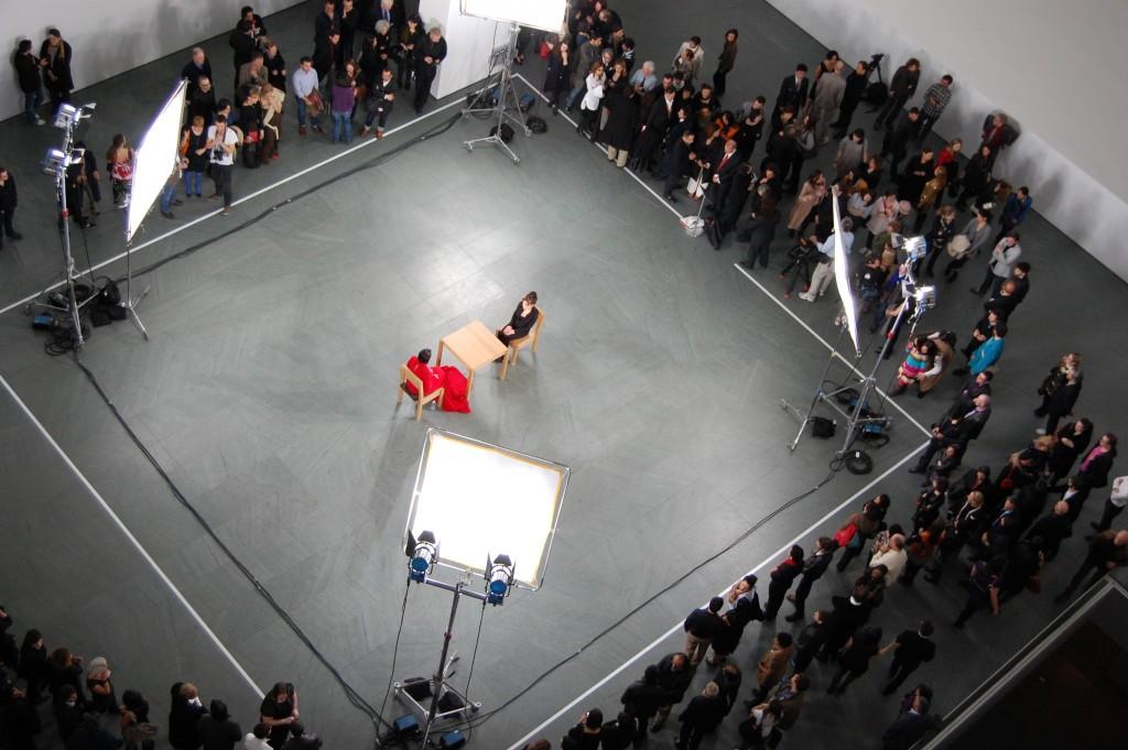 Marina Abramović, The Artist Is Present, MoMA, New York, 2010. Imatge: [Cfr. https://commons.wikimedia.org/wiki/File:Marina_Abramović,_The_Artist_Is_Present,_2010_(4421751197).jpg]. Sota llicència CC BY-SA 2.0.