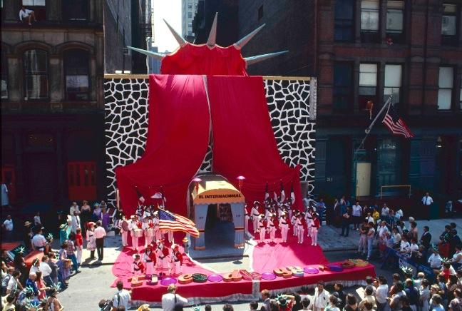 Antoni Miralda, The Coronation Celebration, El Internacional Bar & Tapas, New York, 1984-1986. Imatge: Pamela Duffy [Cfr. https://commons.wikimedia.org/wiki/File:3.The_Coronation_Celebration,_El_Internacional.jpg]. Sota llicència CC BY-SA 3.0.