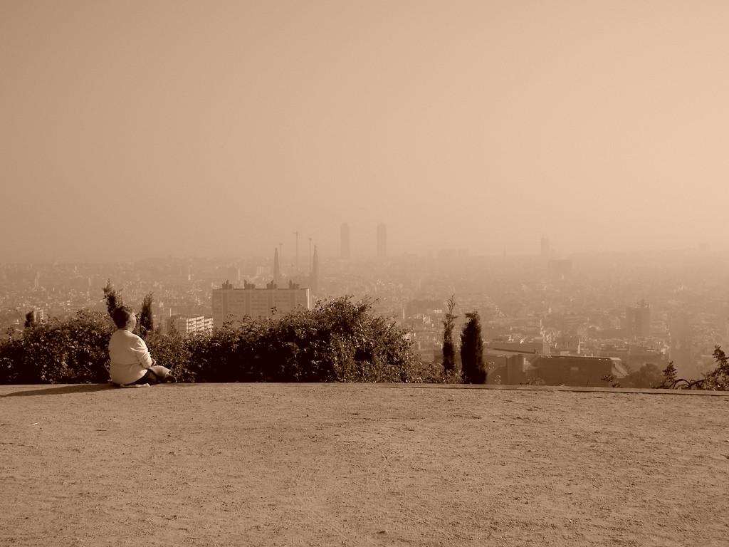 "Barcelona its smog and his ""Sagrada Familia"" / Cristina Valencia"