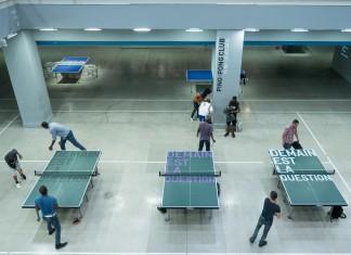 Rirkrit Tiravanija, Le Ping-Pong Club, Centre Georges Pompidou, Paris, 2015. Imatge: Peter Lee [Cfr. https://www.flickr.com/photos/oldpatterns/20008326236]. Sota llicència CC BY-NC 2.0.