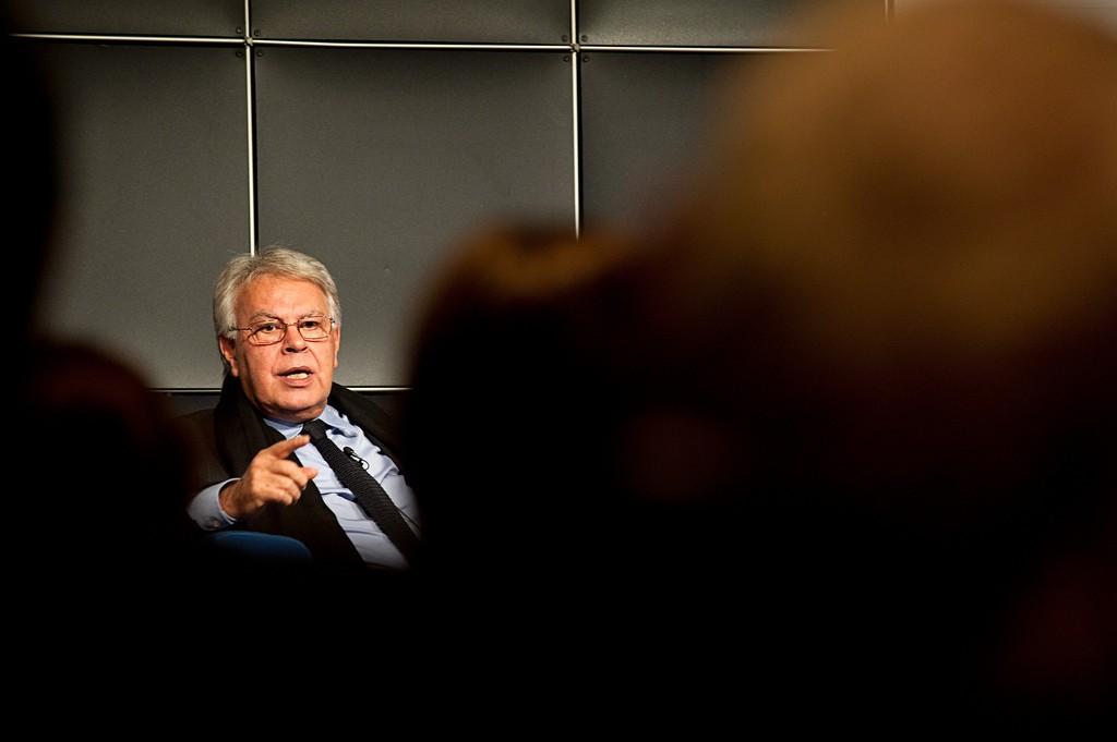 Felipe González / Blaues Sofa