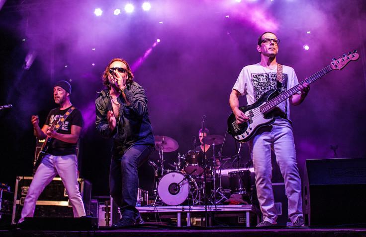 La banda Please al complet durant un dels seus concerts –Foto: u2please.com