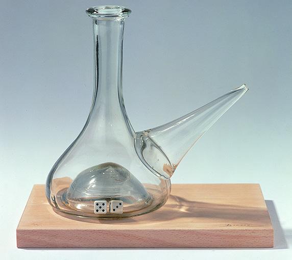 Joan Brossa — 1969-1982 Poema-objecte Vidre i plàstic sobre fusta 30,5 x 26,6 x 18,6 cm; 24 x 25,8 x 17,6 cm