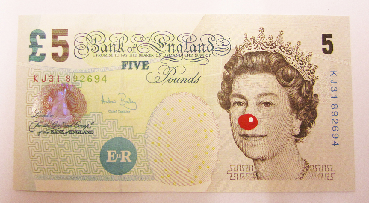 Hans-Peter Feldmann 5 Pound Bill with Red Nose [Billete de 5 pounds con nariz roja] 2012 7,5 x 14 cm Cortesía de ProjecteSD, Barcelona