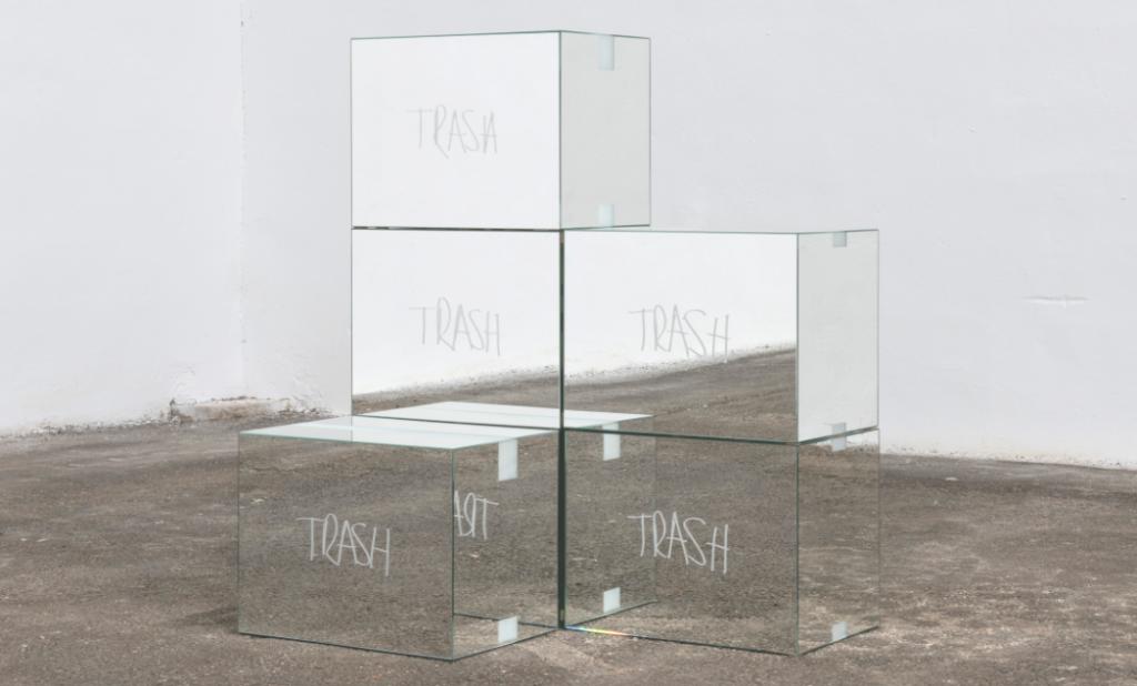 Trash Mirror Boxes de Stefan Brüggemann a la Fundació Gaspar