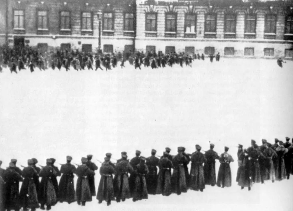 El diumenge Sagnant: els soldats disparen sobre la multitud. Aquest fet significaria el trencament definitiu del gruix de la població amb el tsar Nicolau II. Font: Wikimedia Commons