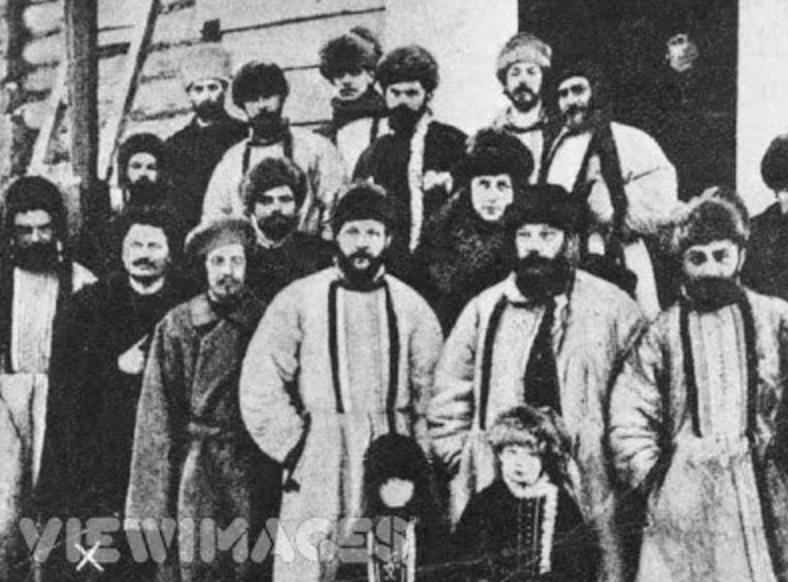 El soviet de treballadors de Sant Petersburg de camí cap a Sibèria durant la repressió desencadenada per Nicolau II. Lev Trotski és el primer per l'esquerra. Font: revolucionbolcevique.blogspot