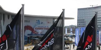 Banderes de la GSMA, organitzadora del Mobile World Congress, i en segon terme la Fira on es desenvolupa el congrés. 21 de febrer del 2016 / ACN