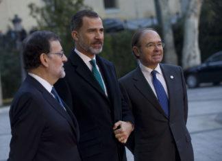 El presidente del Gobierno, Mariano Rajoy, junto a S.M. el Rey Felipe VI y el presidente del Senado, Pío García-Escudero, antes del inicio de la VI Conferencia de Presidentes / Moncloa