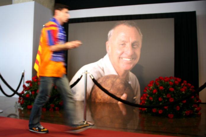 Un seguidor barcelonista passa per davant de la fotografia de Johan Cruyff que presideix el memorial al Camp Nou, el 26 de març de 2016 / ACN