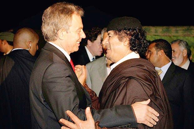 Tony Blair y su amiguísimo Muamar el Gadafi, aquí no parecía tan malo