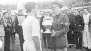 El general Moscardó hace entrega de la Copa del Generalísimo a Campanal, capitán del Sevilla / ABC