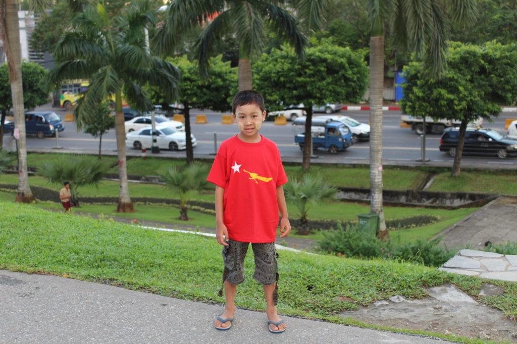 Un nen amb una samarreta de la LND, a Rangun, l'octubre de 2015. E. Fernández