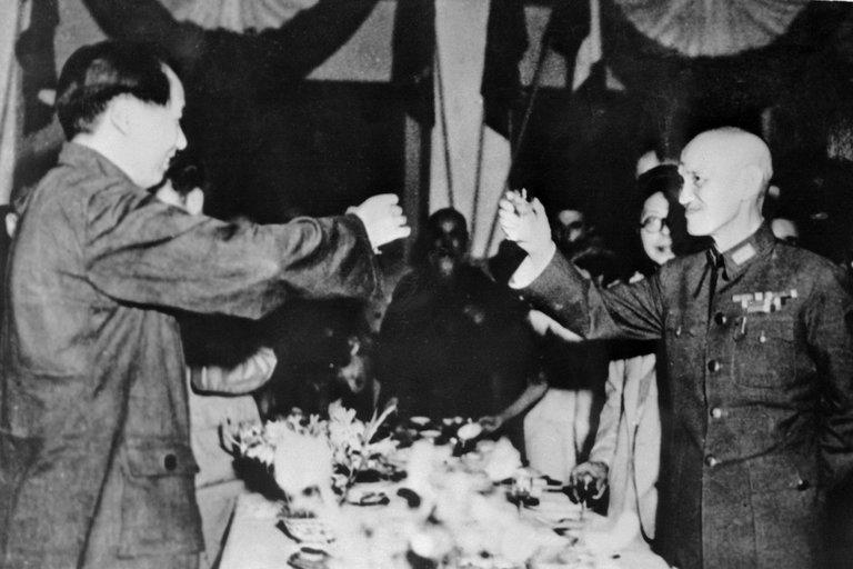 Trobada entre Mao Zedong (esquerra) i Chiang Kai Shek (dreta) a l'agost de 1945. Font: New York Times
