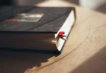 A heart clip bookmark / freestocks.org