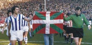 Kortabarria e Iribar posan con la Ikurriña en 1976