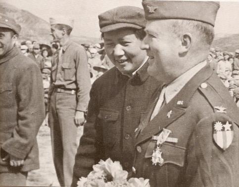 """La """"Missió Dixie"""": el coronel nordamericà David B. Barrett amb Mao Zedong. Font: Viquipèdia"""