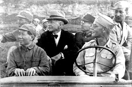 Mao Zedong (Primera fila a l'esquerra) i Patrick Hurley (al mig del vehicle). Les propostes del nordamericà de crear un exèrcit mixte entre comunistes i nacionalistes no va agradar gens al Guomindang. Font: china.org