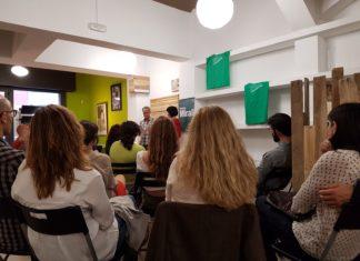 Alexandre Planes i Conxita Jiménez en el moment de recitar els poemes guanyadors / Revista Mirall