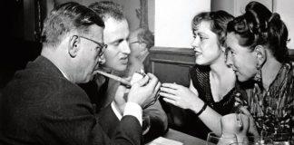 D'esquerra a dreta : Jean Paul-Sartre, Boris and Michelle Vian i Simone de Beauvoir en Saint-Germain-donis-Prés, Paris, 1949. / MANCIET/SIPA/REX Shutterstock
