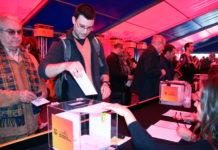 Un soci vota en el referèndum sobre la remodelació de l'Espai Barça / ACN