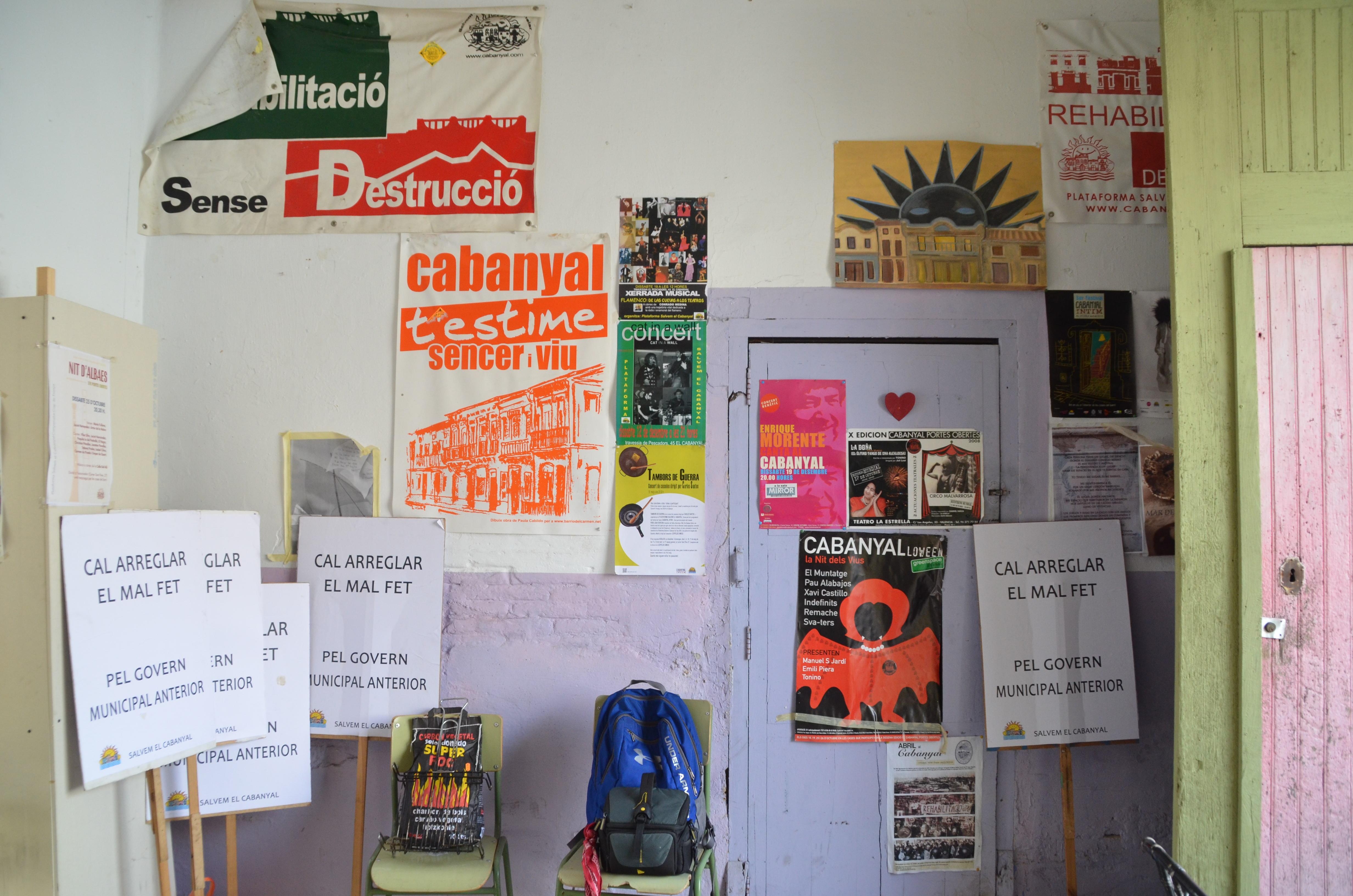 Paret amb pòsters a la seu de Salvem el Cabanyal