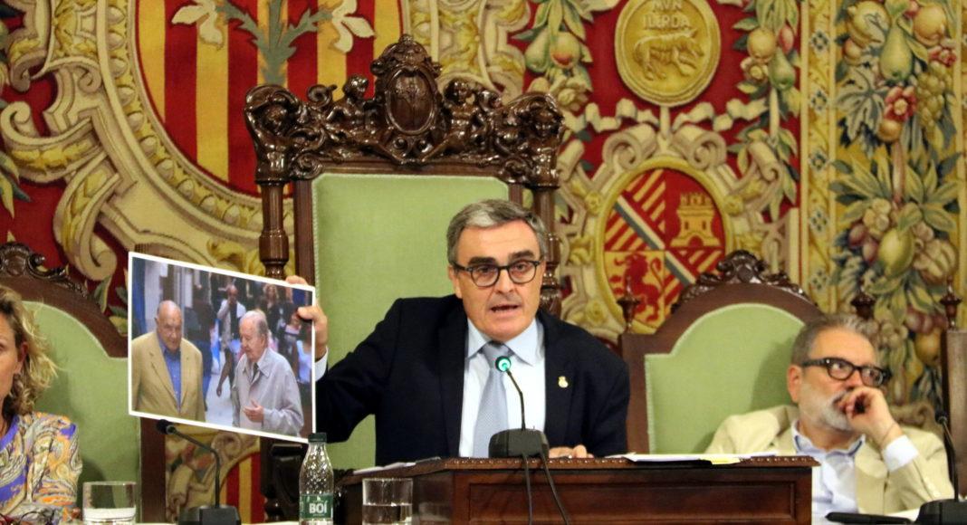 L'alcalde de Lleida, Àngel Ros, mostra durant el Ple de la Paeria una imatge del documental 'El braç de les fúries' / Salvador Miret