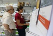 Un home i una dona en un dels expositors de la Setmana del Llibre en Català / Guillem Roset