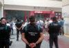 Agents de la Guàrdia Civil d'esquena mirant la seu del setmanari 'El Vallenc' / Núria Torres