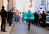 Un home amb la pancarta 'democràcia' d'Òmnium Cultural durant el registre de la Guàrdia Civil a l'empresa Unipost de Terrassa / Norma Vidal