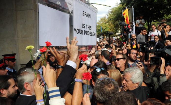 Imatge dels concentrats davant el Departament d'Economia portant una urna de grans dimensions / Àlex Recolons