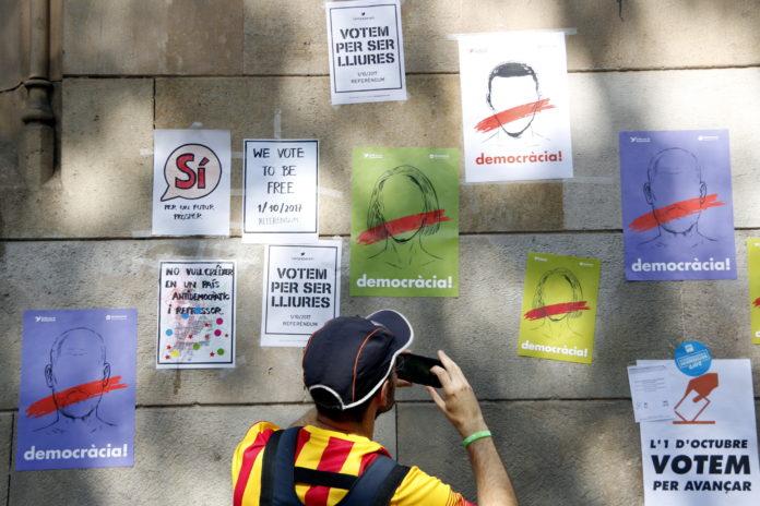 Les parets de la Universitat de Barcelona s'han omplert de cartells reivindicatius, durant la concentració d'aquest diumenge a Plaça Universitat / Laura Busquets