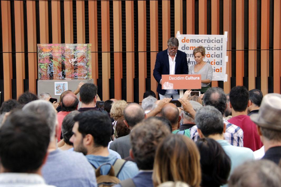 Els actors Pere Arquillué i Rosa Boladeras han estat els encarregats de llegir un manifest que han signat més de 3.000 persones en què el sector cultural del país dona suport al referèndum del proper 1-O / Laura Busquets
