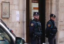 Agents de la Guàrdia Civil a l'exterior de la seu d'Agissa, situada al carrer Ciutadans de Girona, durant l'escorcoll / Marina López