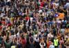 Vista aèria de la gent concentrada a la plaça Imperial Tàrraco de Tarragona, alçant les mans / Roger Segura