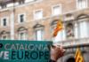 Pla curt d'un cartell 'Catalonia, Europe' amb el fons de la Generalitat / Belén Álvarez