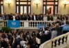 El president de la Generalitat, Carles Puigdemont, i el vicepresident del Govern, Oriol Junqueras, a les escales del Parlament mentre s'adrecen als alcades independentistes després de la proclamació de la República / Roser Vilallonga