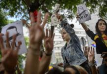 Manifestants independentistes a les portes del Palau de la Justícia / Assemblea
