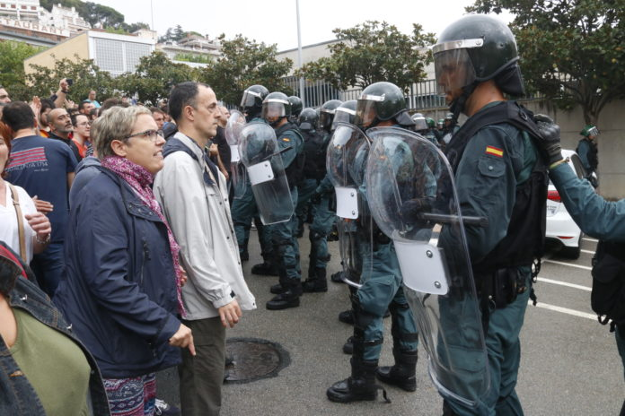 Concentrats favorables al referèndum i agents de la Guàrdia Civil, a Sant Cebrià de Vallalta / Jordi Pujolar