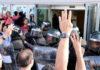Pla detall de mans mostrant quatre dits davant dels antiavalots de la Guàrdia Civil / Anna Ferràs