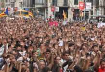 Estudiants dirigint-se en la manifestació cap a la plaça Sant Jaume amb les mans alçades / Andreu Rubert