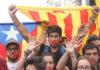 Un manifestant amb una X simbòlica a la seva boca durant la manifestació estudiantil / Andreu Rubert
