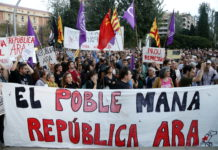 Pla general de la concentració de Tarragona amb una pancarta on s'hi pot llegir 'El poble mana, república ara' / Roger Segura