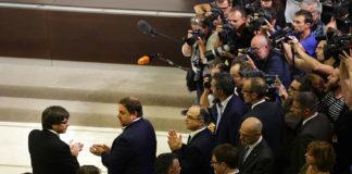 El president de la Generalitat, Carles Puigdemont, i el vicepresident, Oriol Junqueras, aplaudeixen després de signar la declaració que constitueix la república catalana independent / Jordi Play