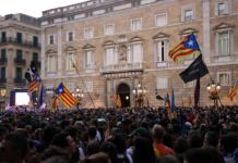 Pla general de la plaça Sant Jaume plena de ciutadans que celebren la independència, el 27 d'octubre de 2017 / Belén Álvarez