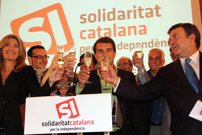 El líder de Solidaritat Catalana per la Independència (SI), Joan Laporta, acompanyat pels altres membres de la candidatura / Pere Francesch