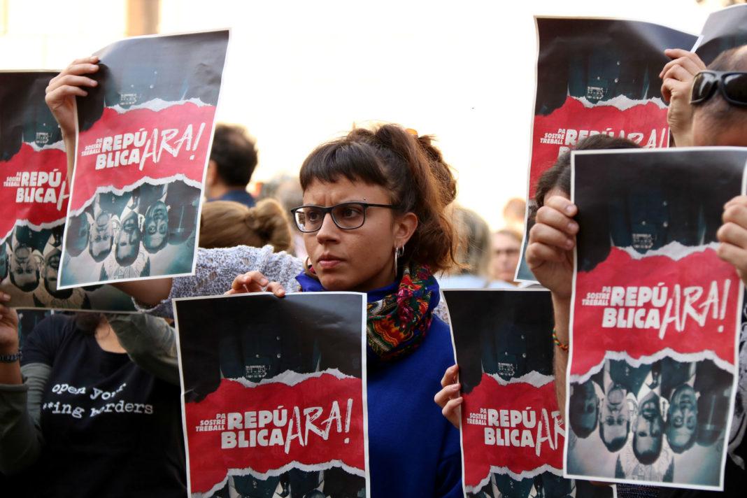 La regidora de la CUP Barcelona Maria Rovira amb un dels cartells de la campanya 'República, ara!' / Núria Julià