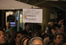 Pla tancat d'un cartell a la concentració per reclamar la llibertat dels presos polítics a Tarragona amb un missatge que fa referència a la jutgessa Lamela / Sílvia Jardí